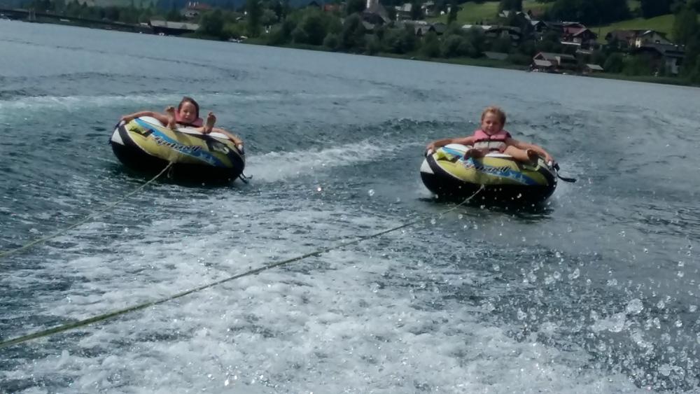 Fahrt mit dem Reifen in der Wassersportschule Brandtner am Weissensee