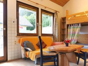 Wohnzimmer mit Stockbett der Fewo Enzian - Ferienhaus Waldhof