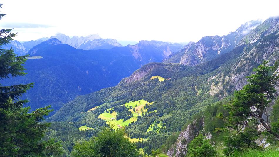 Ausblick vom Südsteig des Malurchs auf die italienischen Almen des Kanaltals